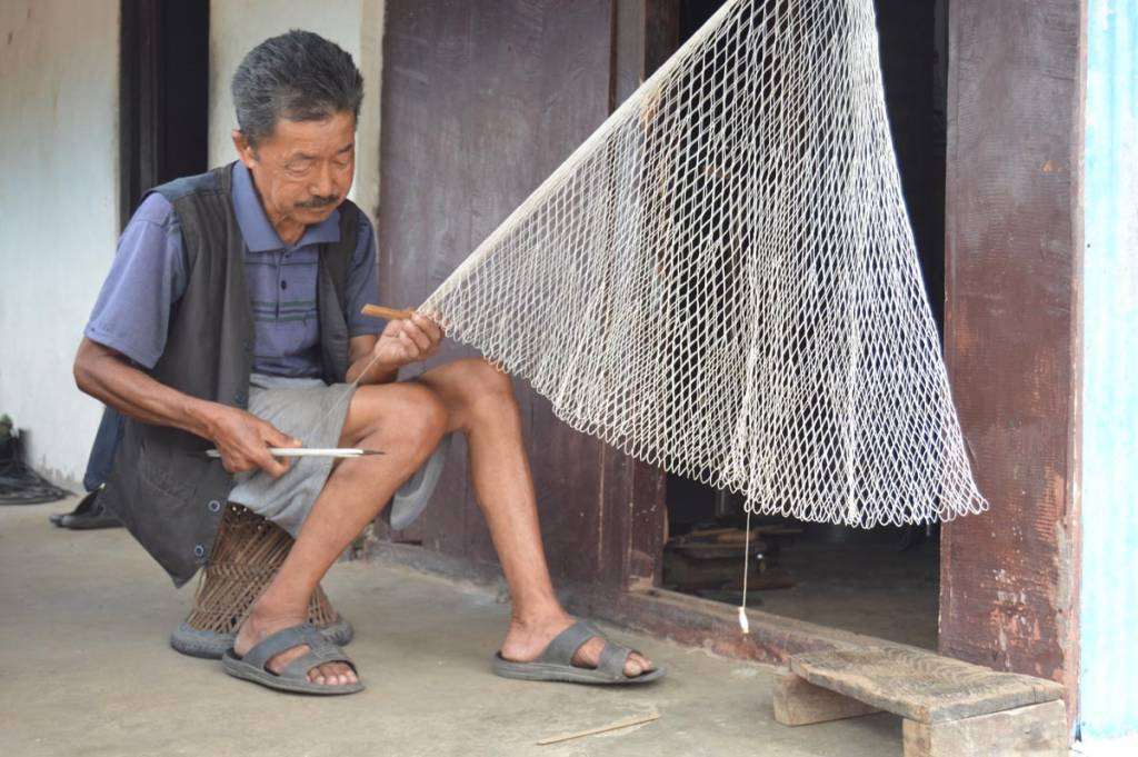 Weaving a fishing net in homestays for Tourists